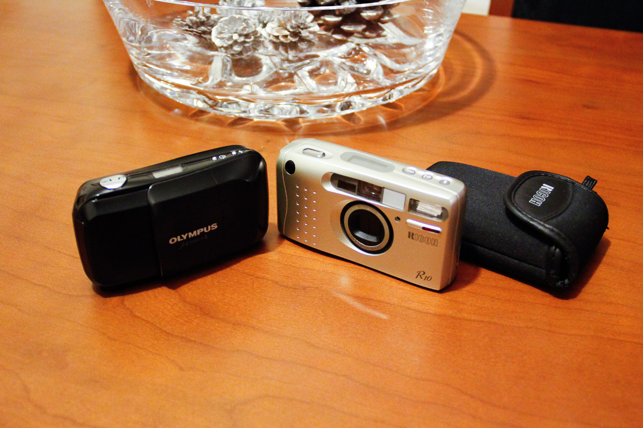 The Ricoh R10 next to the Olympus mju I (I still have the Olympus)