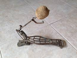 This bass drum pedal is not very good anymore.