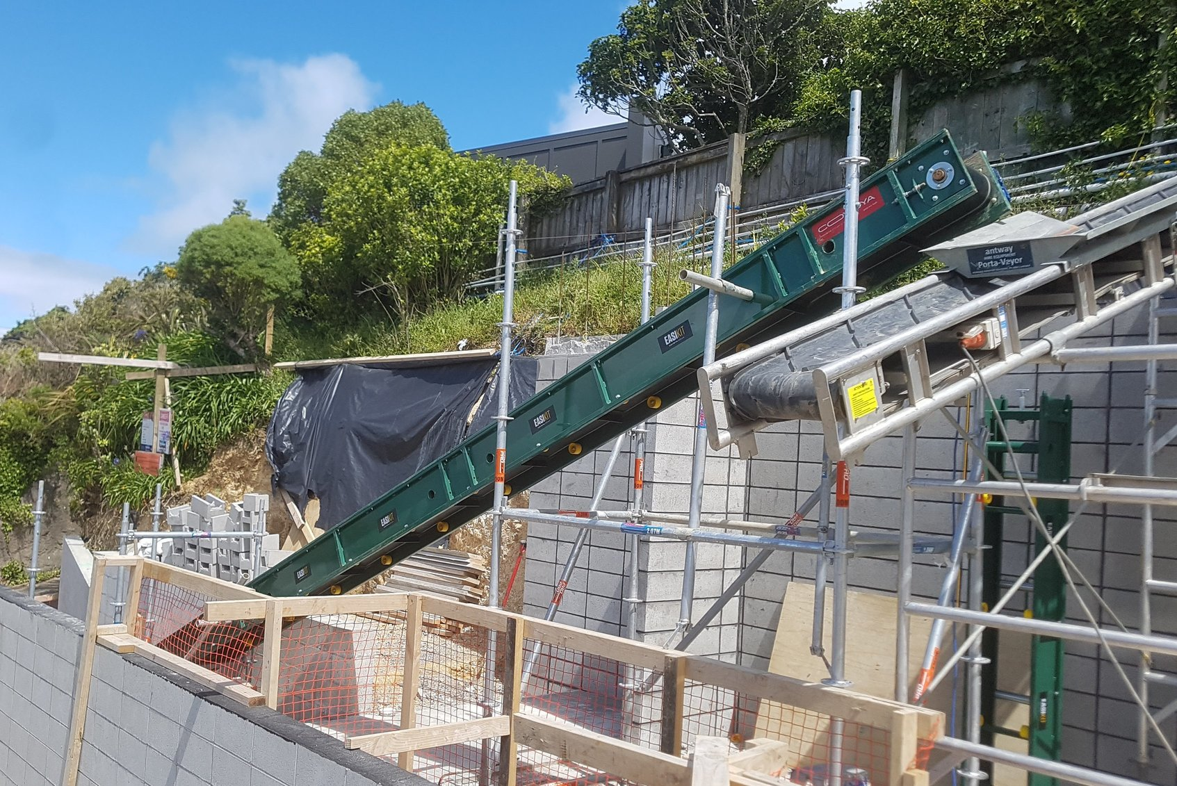 EK300 and PortaVeyor backfilling at tight Wellington site