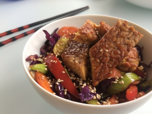 wok de verduras y tempeh