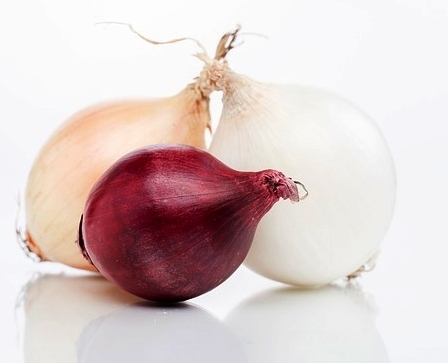 Quercetin - Onions contain high amounts of this flavonoid antioxidant.Quercetin provides anti-inflammatory benefits by lowering the level of oxidative stress within the body.This is so important because inflammation is often the root cause of many chronic health issues. For example; cardiovascular disease, stroke, type 2 diabetes, metabolic syndrome, many types of cancer, cataracts, rheumatoid arthritis, lower immunity and, more.