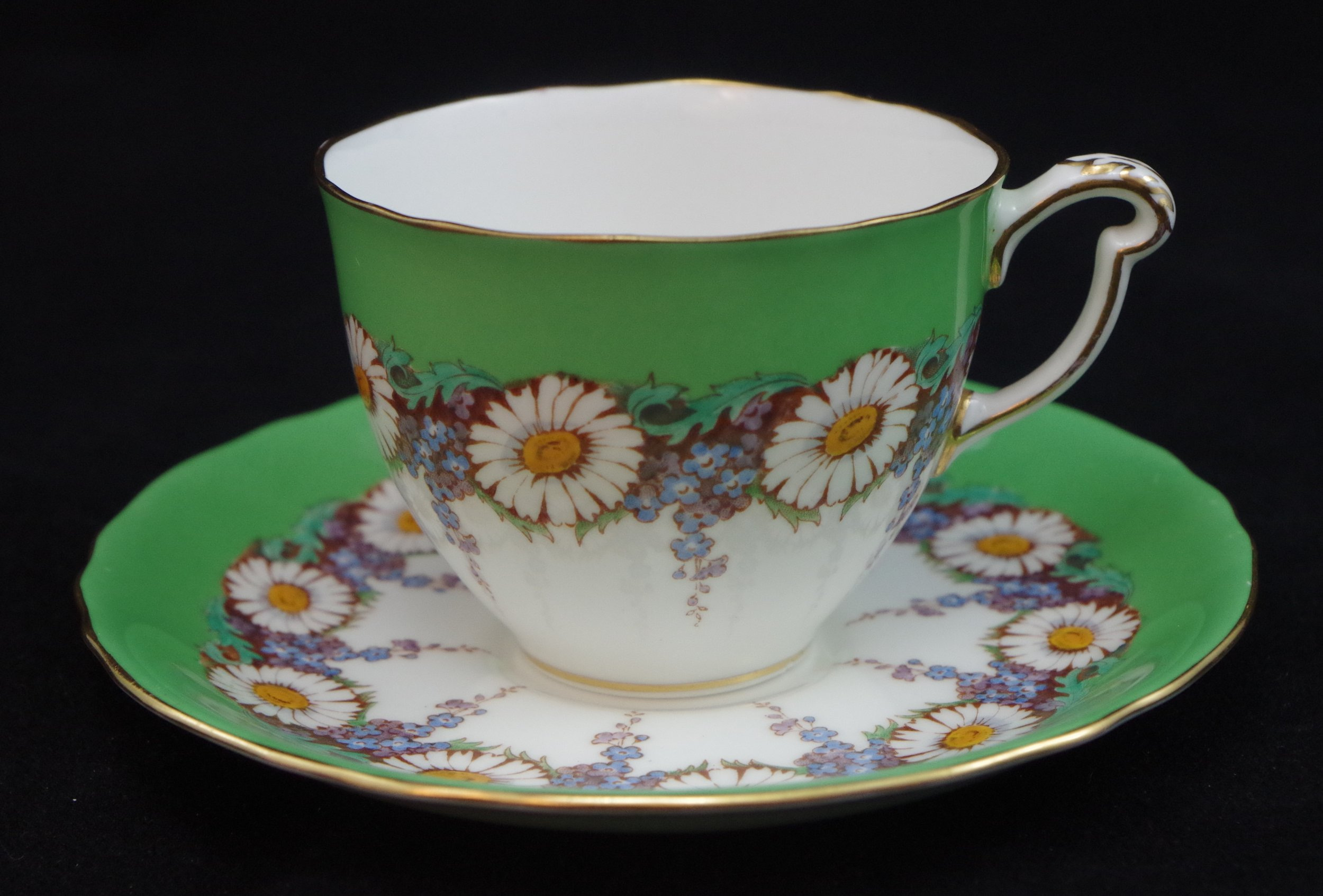 royal-crown-derby-ely-green-ground-white-daisies