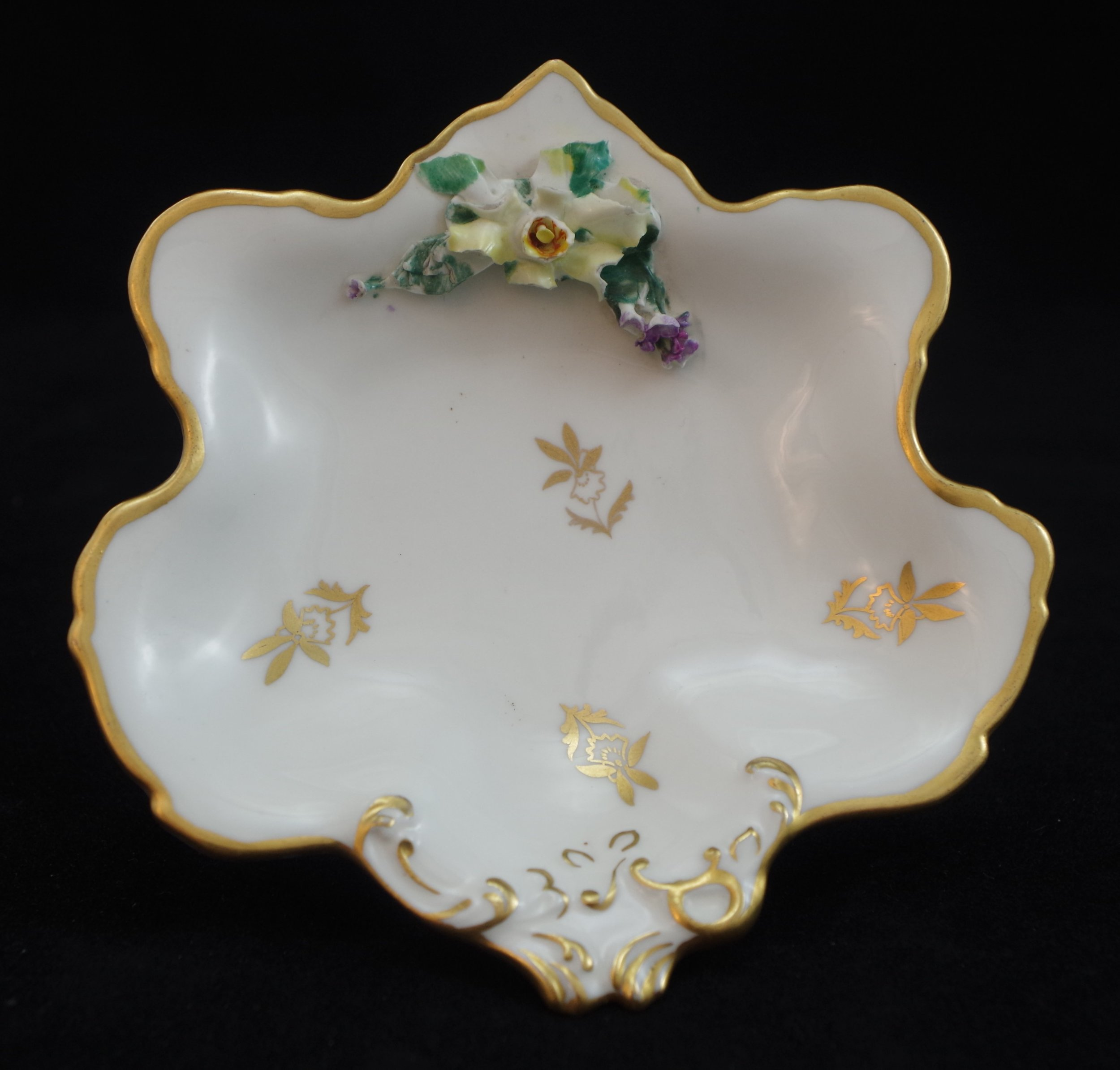 royal-crown-derby-1974-shape-flowered-rockingham-white