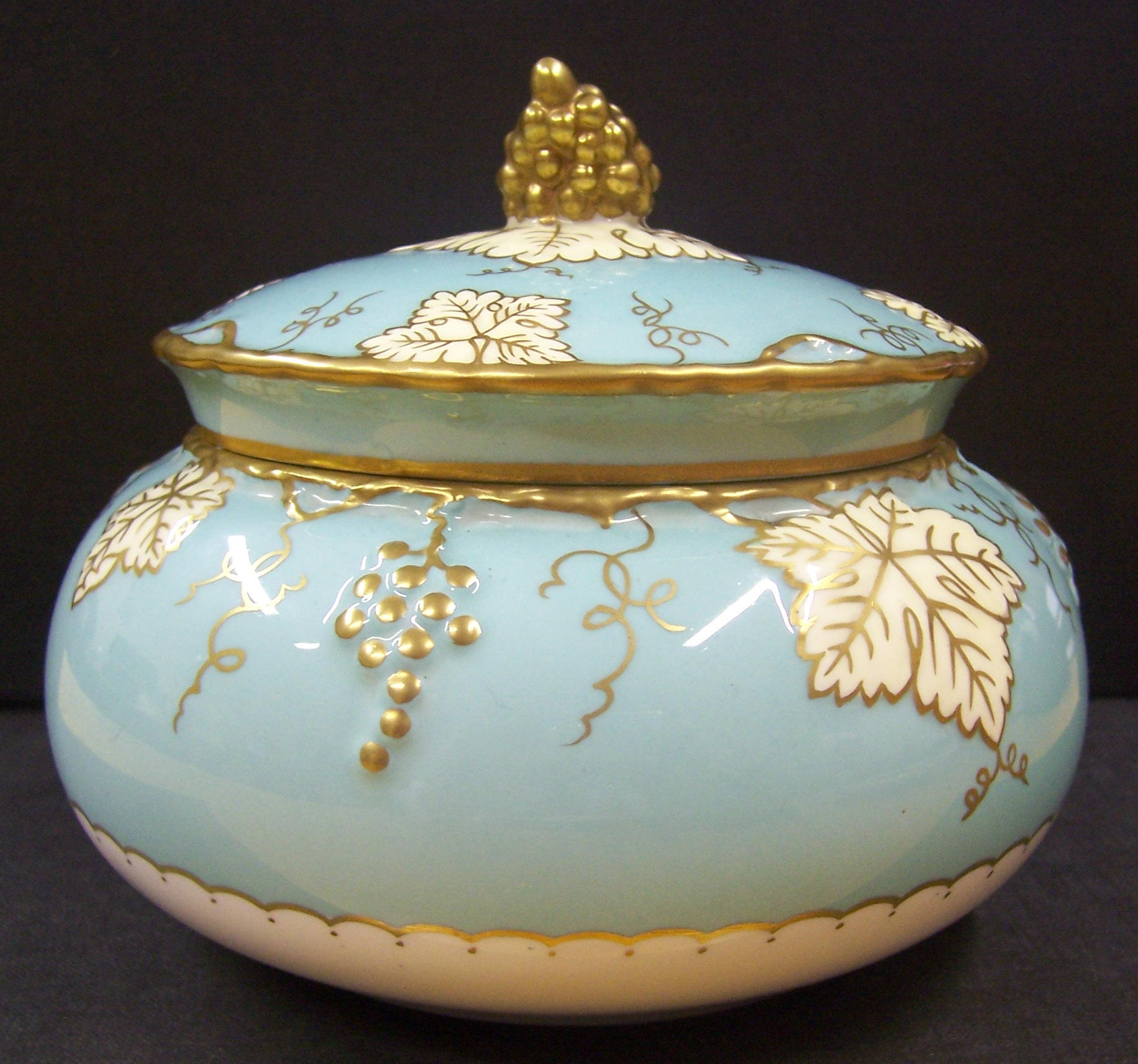 royal-crown-derby-vine-celadon-round-covered-box-A774