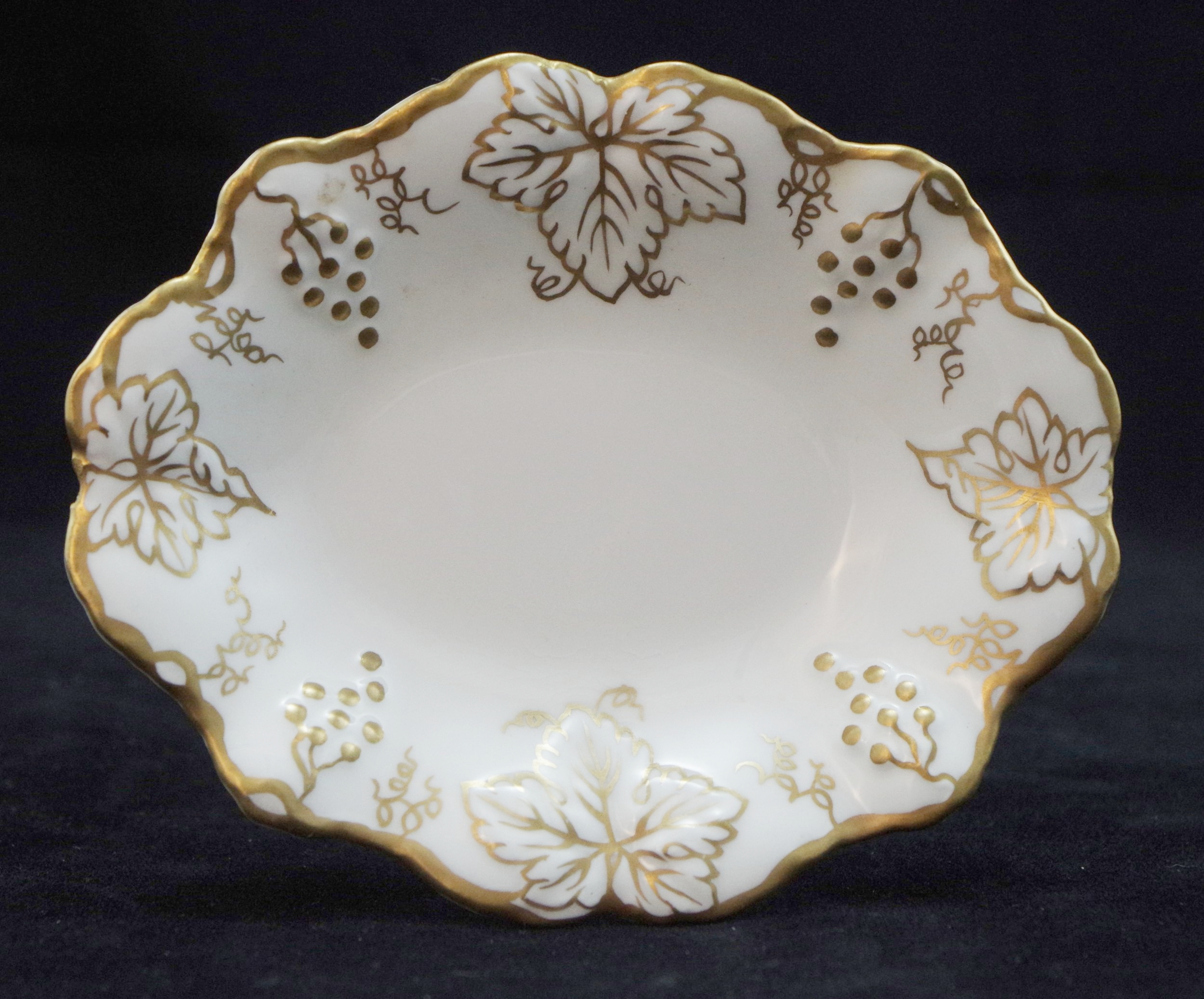 royal-crown-derby-vine-white-and-gold-bon-bon-tray-A775