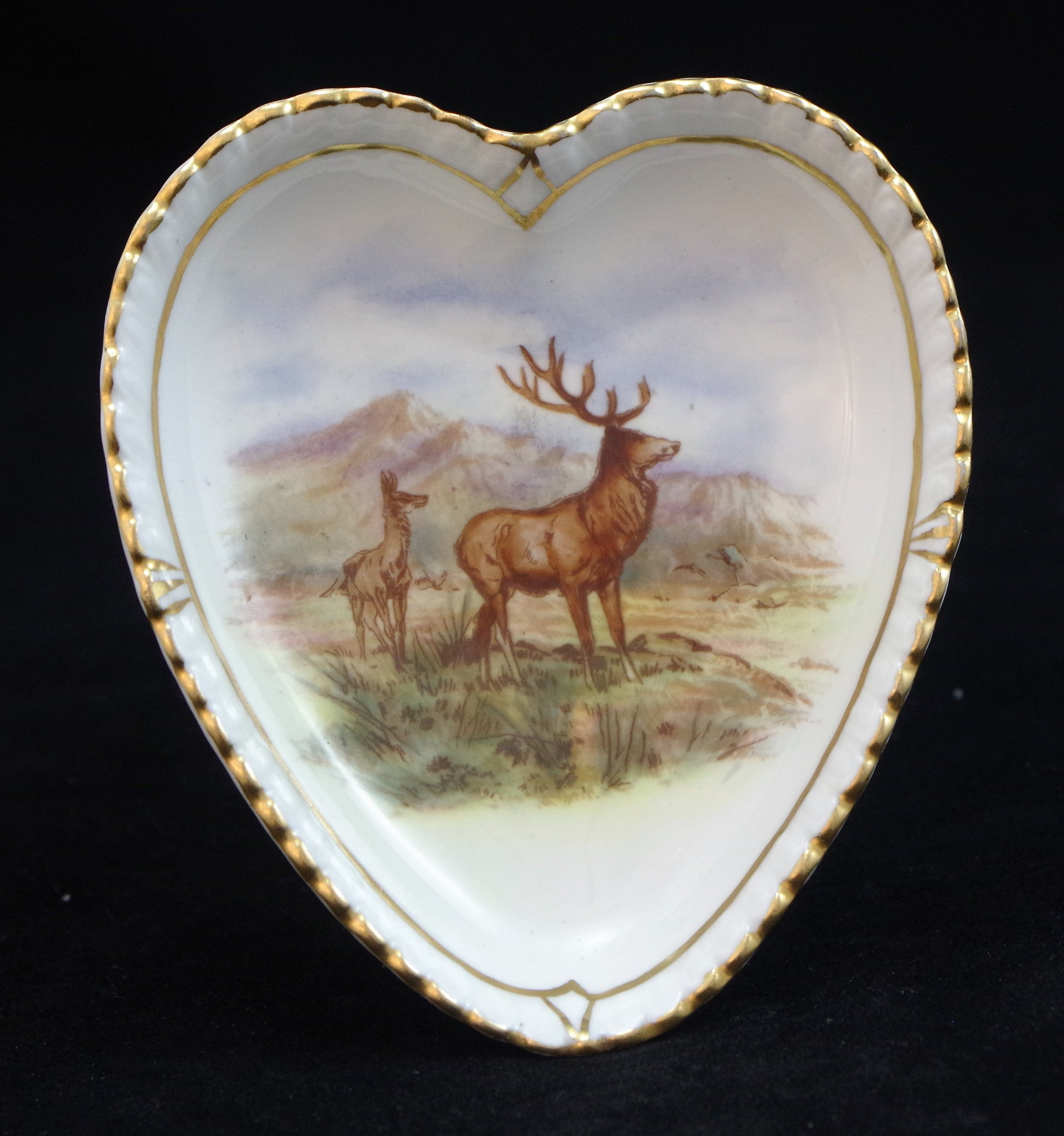 royal-crown-derby-heart-shape-gadroon-tray-stag-hunting-scene