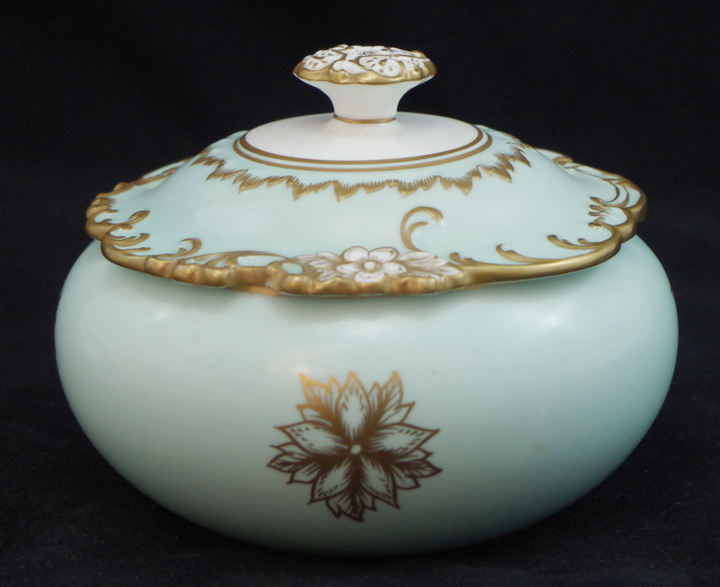 royal-crown-derby-celadon-rouen-round-covered-box
