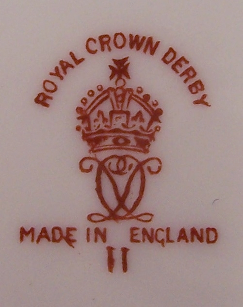 royal-crown-derby-maroon-ground-to-rim-gold-edge-and-centre-line-at-shoulder-mark