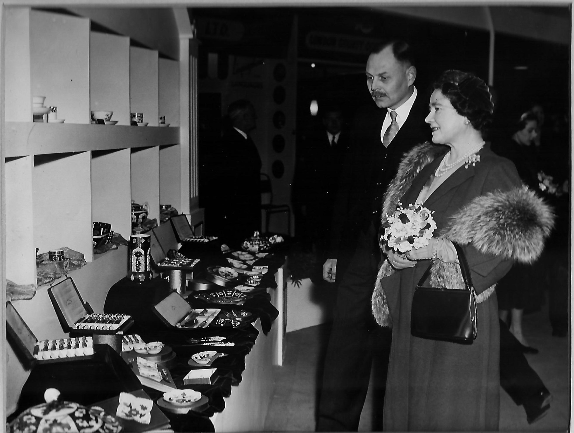 royal-crown-derby-trade-stand-visit-by-queen-elizabeth-phillip-robinson-1956