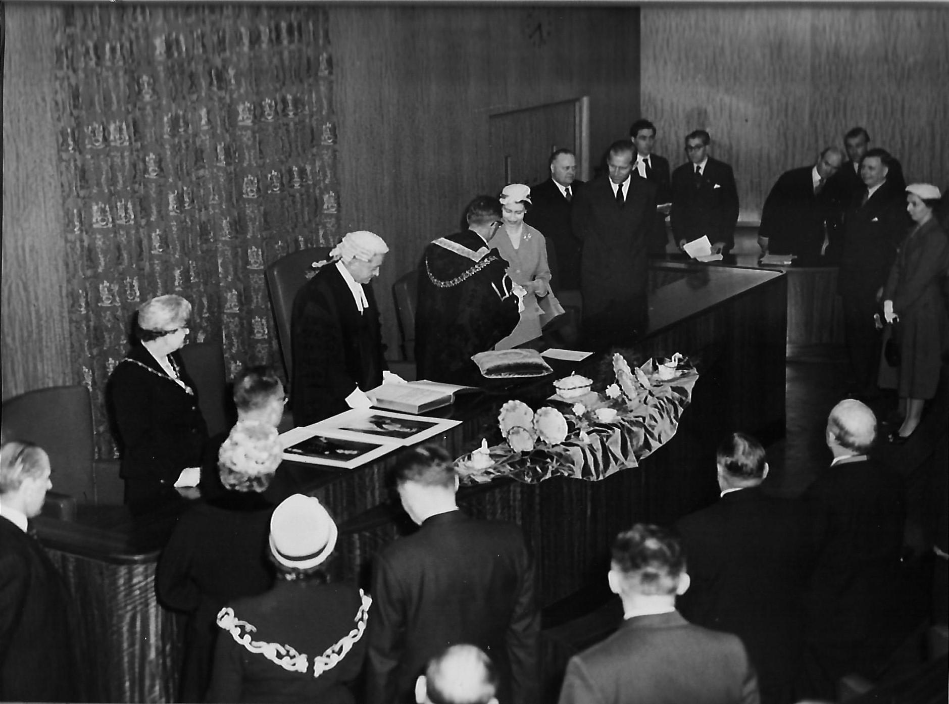 royal-crown-derby-presentation-to-queen-elizabeth-of-royal-pinxton-roses-service-1957