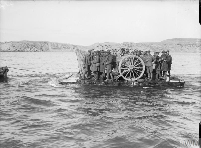 British troops and their artillery guns being evacuated from Suvla Bay on rafts in daylight, December 1915. © IWM (Q 13637