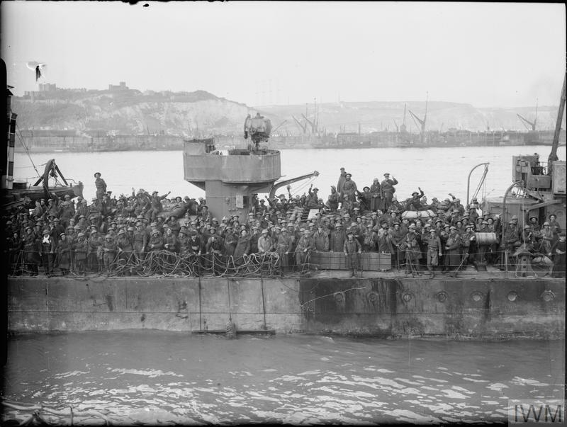 British troops crowd the deck of a Royal Navy destroyer at Dover, 31 May 1940. © IWM (H 1662)