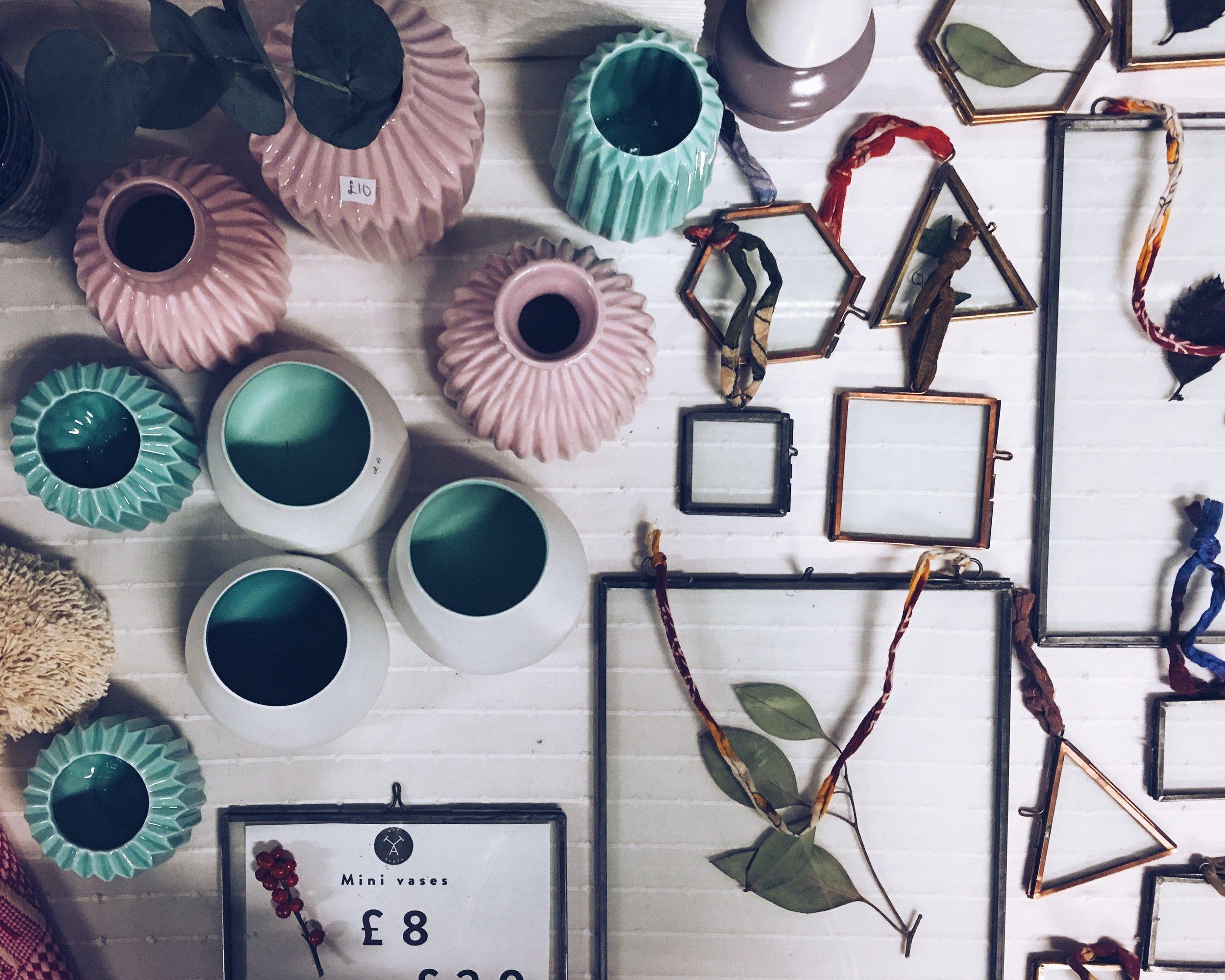 Vases and frames, all  Att Pynta