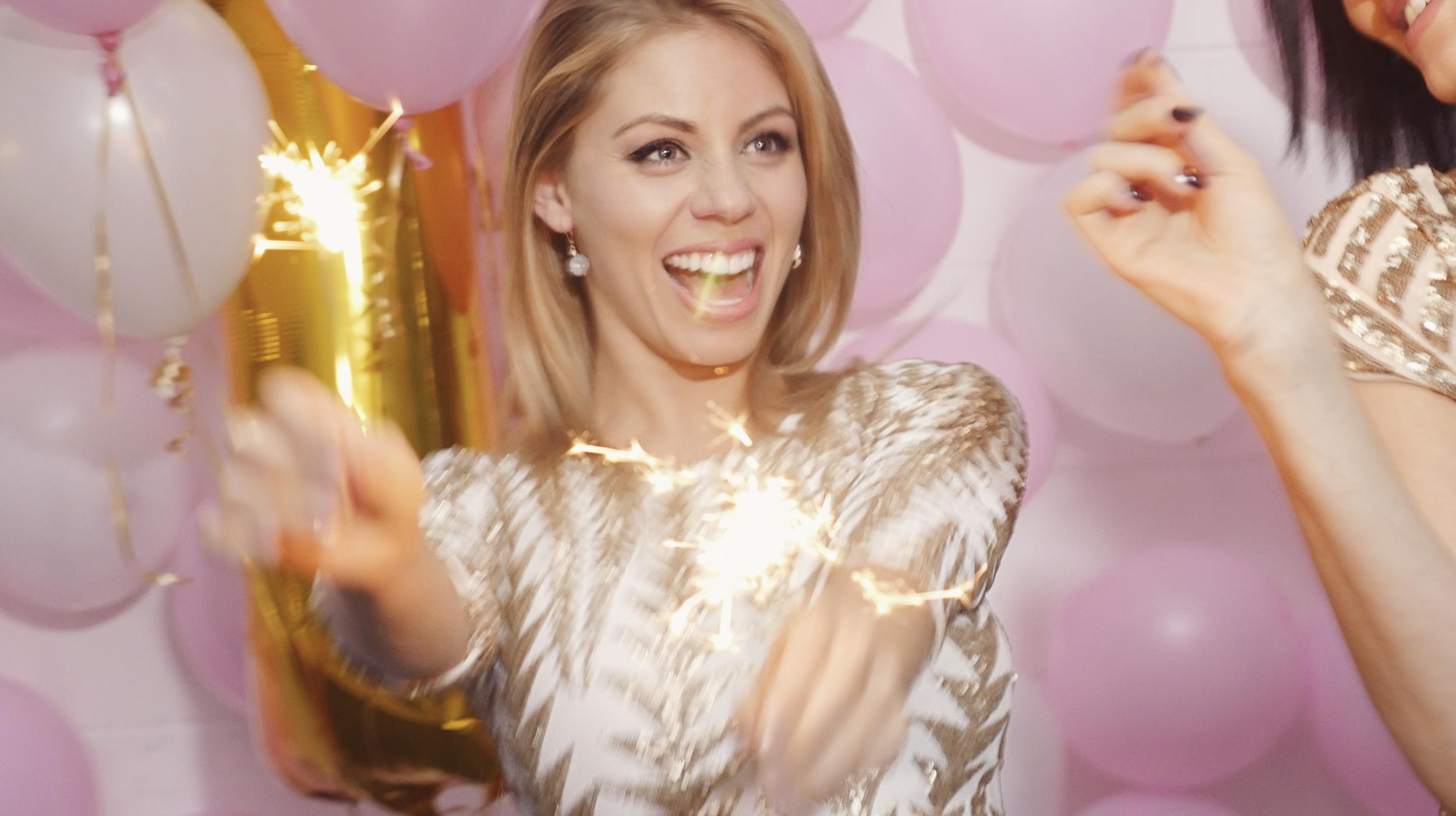 🍾🎉 Avril qui est heureuse de célébrer le premier anniversaire d'Avril Magazine!🍾🎉