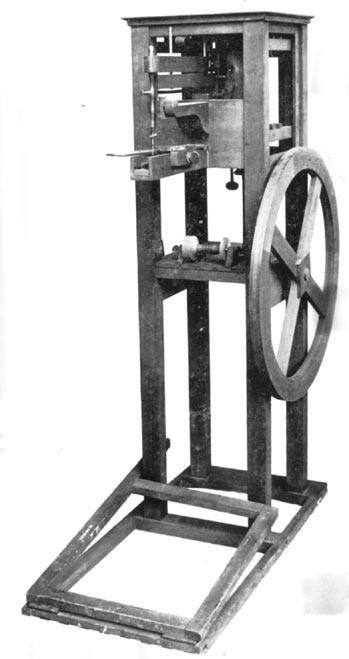 Modèle amélioré de la machine de Thimonnier. La machine, toujours en bois, a une forme bien différente de ses sœurs américaines.