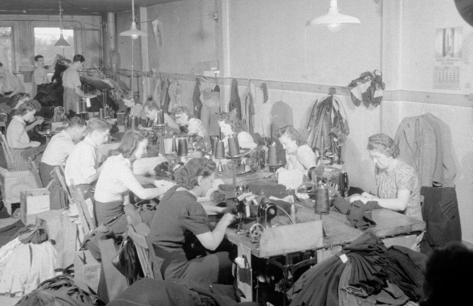 Des femmes travaillant dans une manufacture de Montréal en 1941.