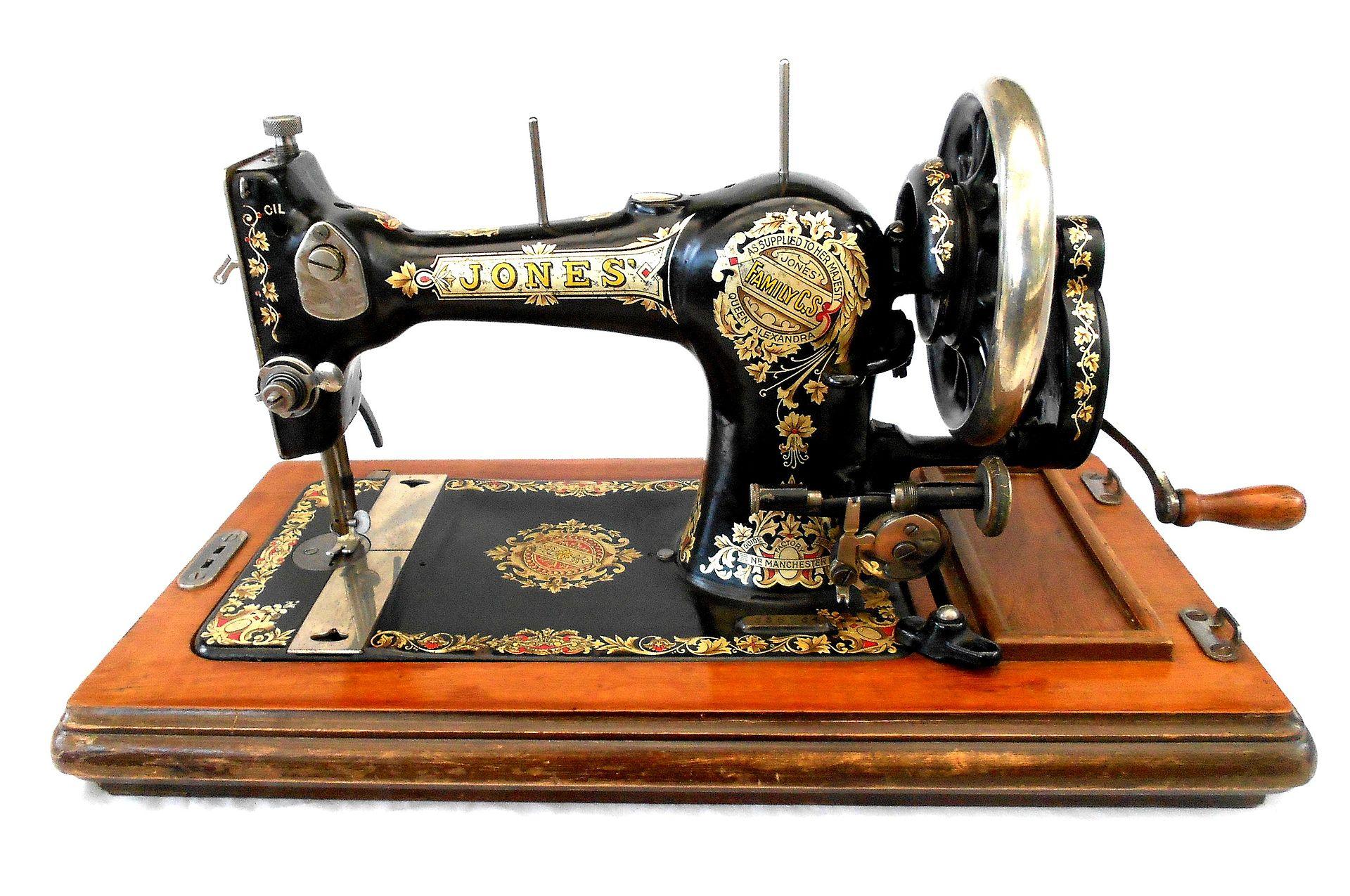 Les machines, qui étaient très lourdes et parfois intégrées dans des tables de travail, étaient autrefois décorées d'or, d'argent et de nacre pour qu'elles s'harmonisent avec le décor de la pièce où elles se trouvaient.