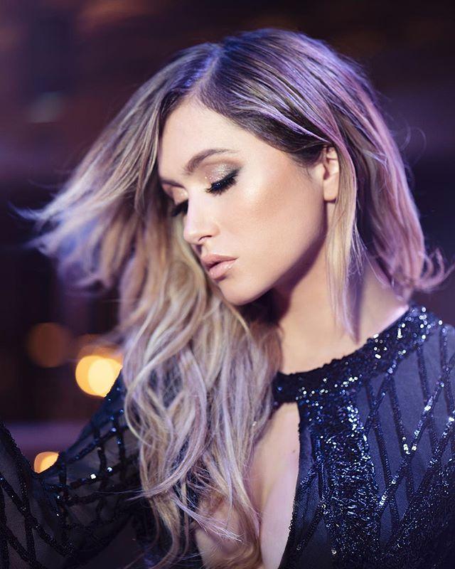 💃🏼😍✨ Friday night moooood avec la si belle @Lysandrenadeau Photographe : @avril.magazine Maquillage : @aj.makeup Direction Artistique & Stylisme : @justinegagnonstyliste Vêtements : @boutique1861 Décor : @bordellemtl