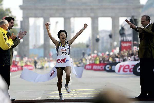 Mizuki Noguchi wins at the 2005 Berlin Marathon (Getty Images / Bongarts) © Copyright