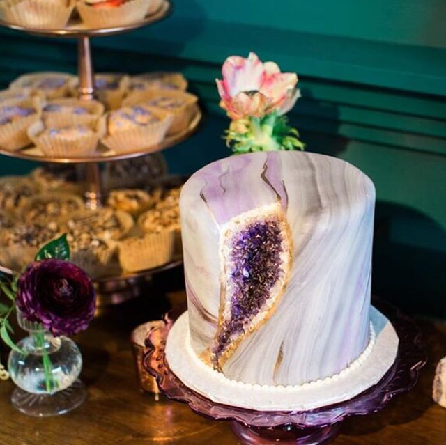 Before the #newyearsresolutions kick in, we had to post this amazing #geodecake by @toptiertreats! 📸 @laurafordphotos