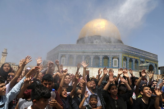 Photo: Palestinian men spray water on children to cool them down before prayers on the last Friday of the holy month of Ramadan near the Dome of the Rock, in the compound known to Muslims as Noble Sanctuary and to Jews as Temple Mount, in Jerusalem's Old City, May 31, 2019. REUTERS/Ammar Awad