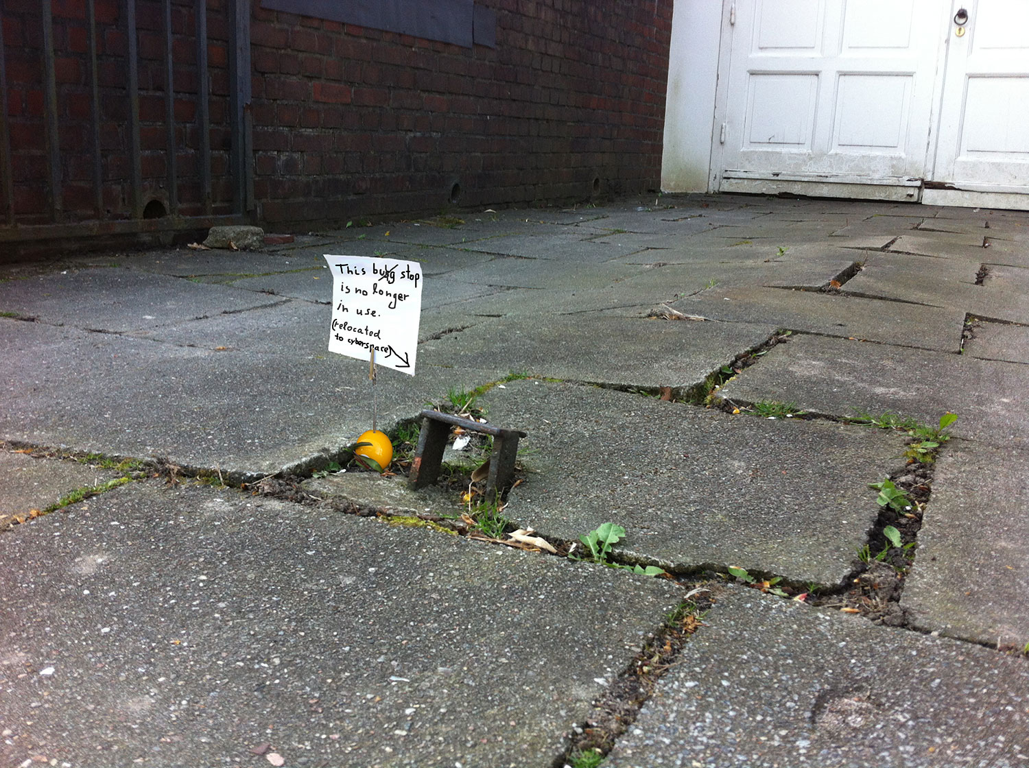 miniature worlds: bug/bus stop, note and arrow