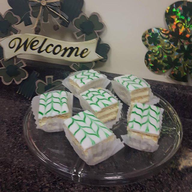 St Patrick's day  Vanilla Slices #viennabakery #yegbaking #yeglocal #yegshoplocal #yegsmallbusiness #yegstpatricksday #yegstpaddys #stpatricksday #vanillaslice #itainteasybeinggreen #treatformyself #treatsforsharing