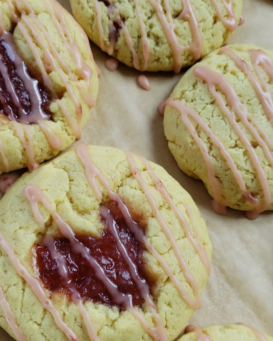 VEGAN STRAWBERRY LEMONADE COOKIE   SCRATCH MADE VEGAN LEMON COOKIE FILLED WITH ORGANIC STRAWBERRY PRESERVES DRIZZLED WITH STRAWBERRY LEMONADE ICING.   AVAILABLE DOSES:  1 COOKIE - 50 MG   VEGAN, GLUTEN FREE, SOY FREE