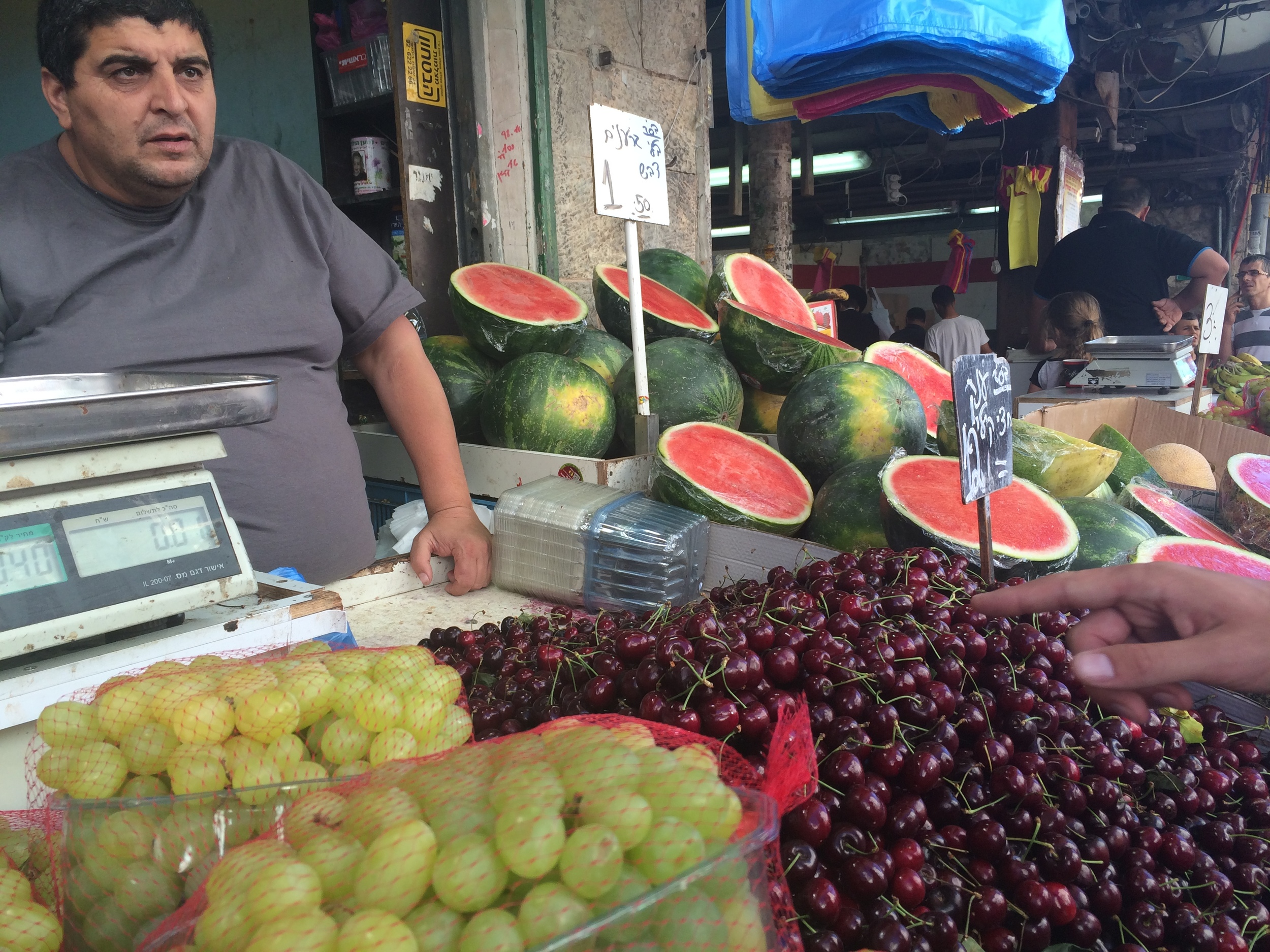 Buying some fruit © Traverate