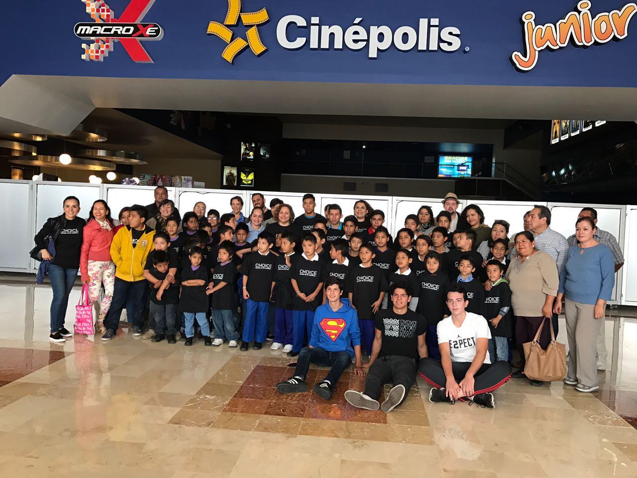 Los niños de la Villa Infantil de Irapuato, listos para verse en la pantalla grande.