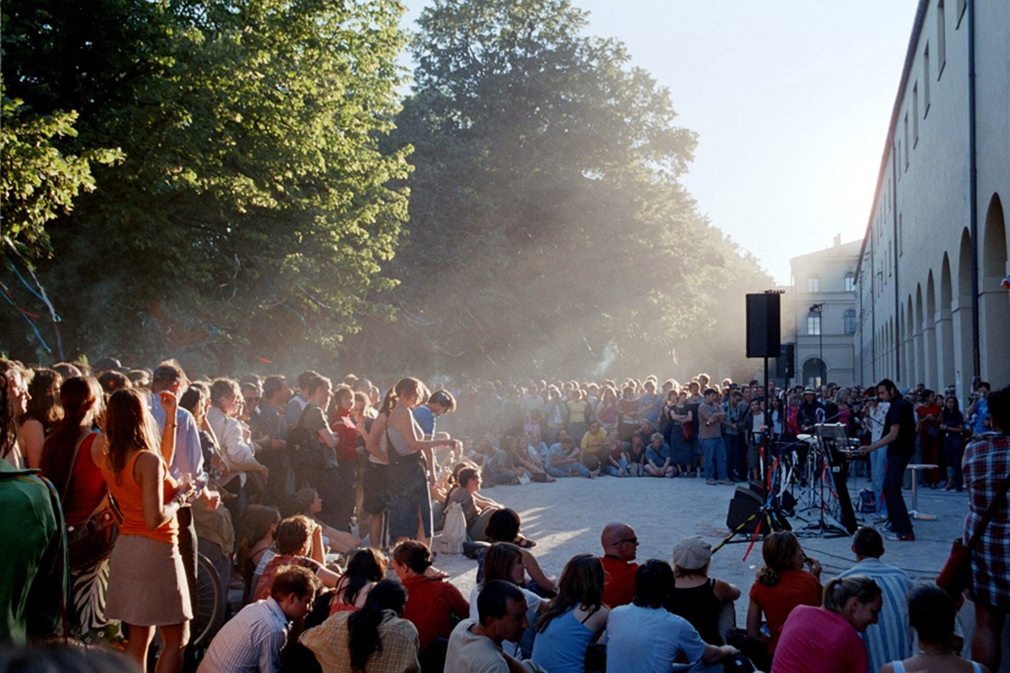 "Titel: ""Unangemeldetes Konzert der Band Stereo Total im Hofgarten"" Foto: Stefan Zöller"