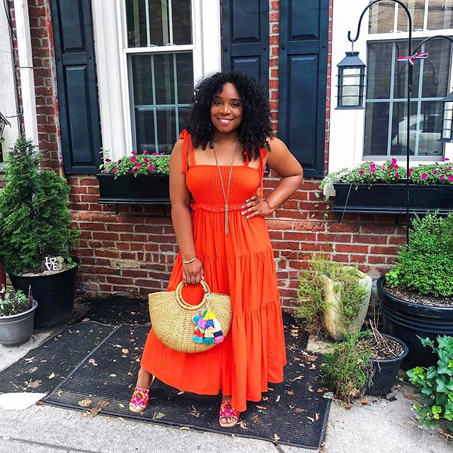 Just out here enjoying my summer in this vibrant orange summer dress that I picked up from the @zara sale. YouTube video coming soon 🧡🧡🧡