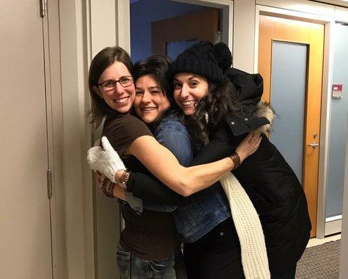 L'amitié se manifeste parfois par des sandwichs humains au bureau... en voici un exemple manifesté par 3  amies!