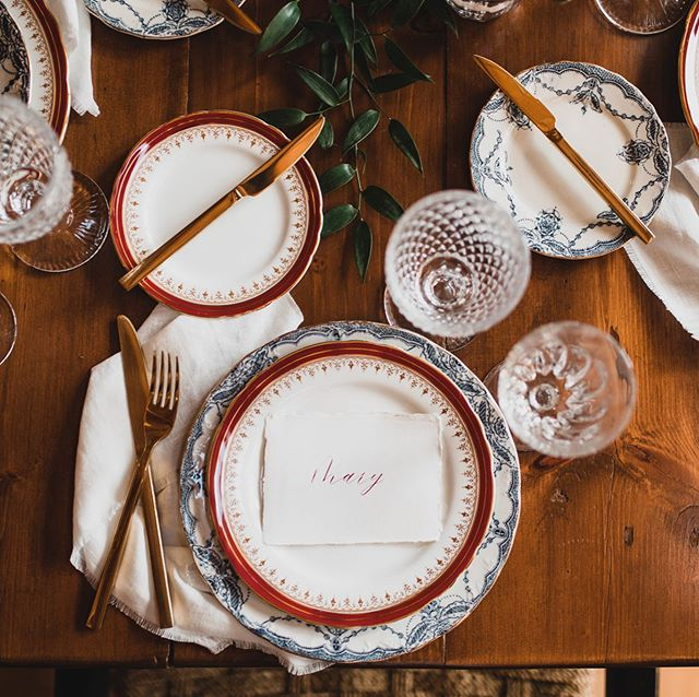 Cottage wedding inspiration. It's not only pretty pinks and tea parties around here! We love working with you to make your vision come to life. . 📷 @jonathan_kuhn . . . . #vintagechinarental #finechinarentals #cottagewedding #rusticwedding #ottawachinarentals #613 #ottcity #ottawaweddings #vintagedecor #finechina