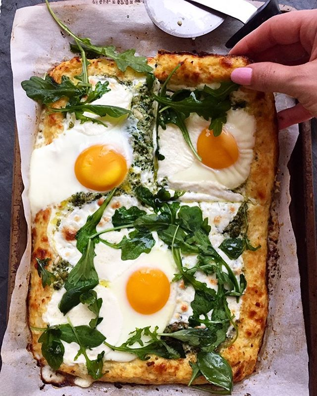 Who knew healthy pizza could be so tasty? Try this @egglandsbest Cauliflower Crust Pizza with Pesto for  lunch or dinner (or, perhaps, even breakfast!) See link below. #egglandsbest - - - - www.egglandsbest.com/recipe/cauliflower-crust-pesto-pizza/