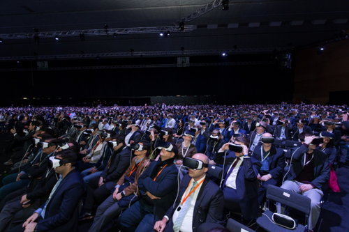 People using 360˚ VR headsets