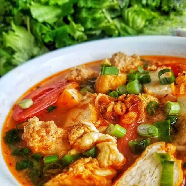 It's Bún Riêu for dinner. It's is a traditional Vietnamese crab and tomatoes noodle soup. The fermented shrimp paste, the spiced minced crab, the tangy lime and the crunch of the water spinach, all made for a party in the mouth.