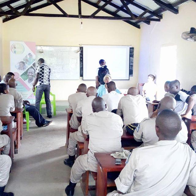 Hello Friends !  Suivez en vidéo la première evaluation du projet pilote d'accompagnement pour l''intégration des jeunes indépendants du monde #agricole de Guinée à #Kindia. Fruit d'une collaboration forte entre l'ASCAD, Dare to Innovate - Osez Innover et le PNUD Guinée .  Pour savoir plus lisez 👇  https://youtu.be/I1mBTU_uOxw ------------------------------------------- #DaretoInnovate #OsezInnover #Guinée #Entrepreneurship