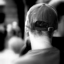 ¿Por qué no se debe usar gorra en misa? - La costumbre de quitarse el sombrero viene de nuestros abuelos, ellos utilizaban este gesto como cortesía y respeto hacia la persona con la que se encontraban. Por ejemplo, nuestros abuelos se quitaban el sombrero cuando saludaban a alguien, cuando conversaban con una dama o persona mayor, cuando se entonaba el Himno Nacional y en un funeral. Cuando desde lejos veían a alguien que pasaba por la calle era usual levantar el sombrero.Hoy en día el sombrero ya no es tan utilizado como antes,pero sí es normal protegerse del sol usando gorras, o un sombrerito en el caso de las mujeres. El quitárselo cuando entramos al templo es una gesto de respeto, que nos recuerda los buenos modales y valores que nos enseñaron nuestros abuelos.Es también un acto que demuestra que nos presentamos ante Dios con reverencia.No significa que el que mantiene su sombrero o gorra en la iglesia no sienta reverencia hacia Dios pero es propio que se demuestre por medio de quitarse el sombrero.