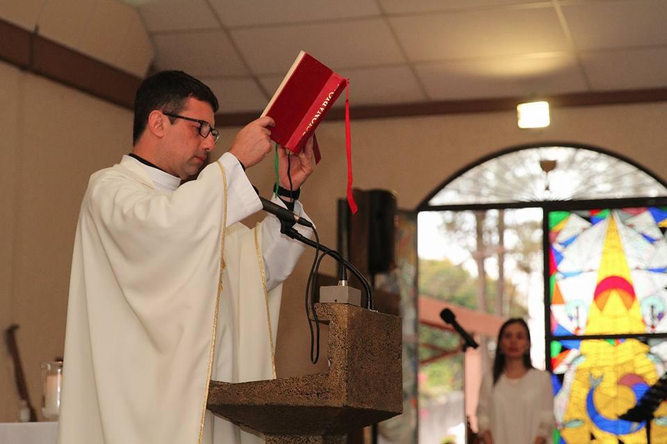 ¿Por qué la misa es los domingos? - Jesús resucitó el primer día de la semana, al día siguiente del sabbat (sábado). Por eso los cristianos nos reunimos ese día con Jesús. Con el tiempo llegó a llamarse el día del Señor, en latín