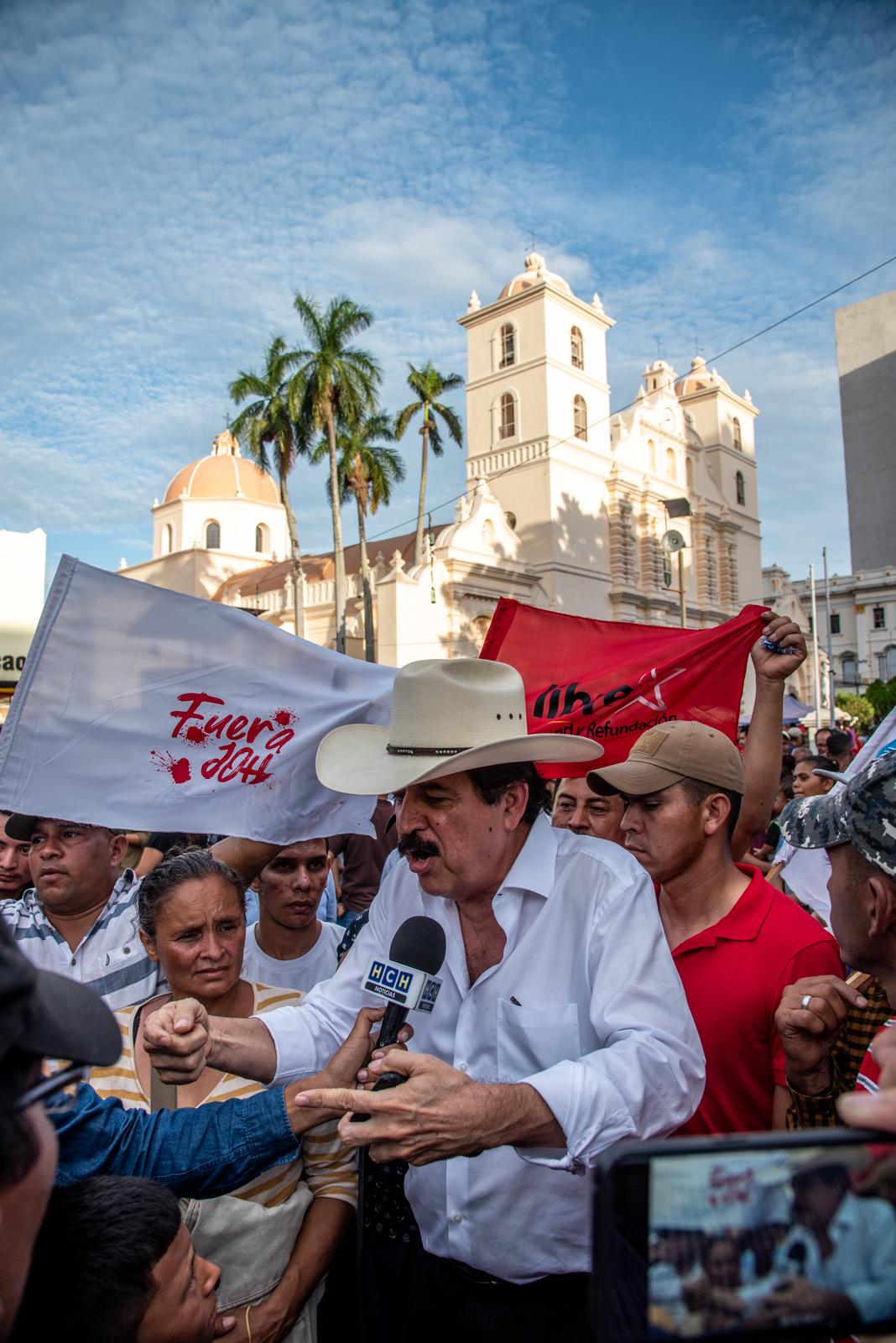 During the 10th anniversary of the 2009 coup d'etat in Honduras, the ex-president--Manuel Zelaya--who was unjustly overthrown with backing from the US and Narco trafficking elites, returned to the capital city to join the people in an odd celebration by the Liberal Party.
