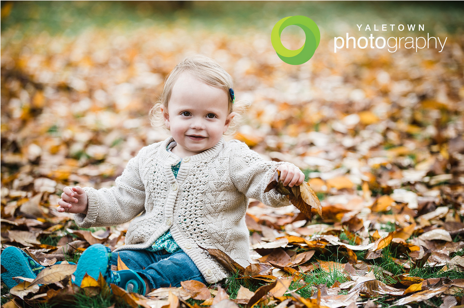 vancouvouer-family-photos-kids-photography-fall-leaves-yaletown-photography-photo_04