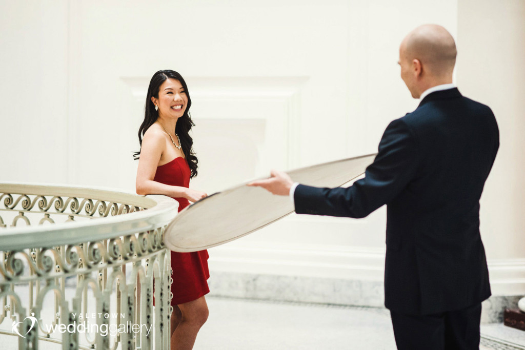 vancouver-art-gallery-engagement-photo-yaletown-photography-vancouver-wedding-photographer-04