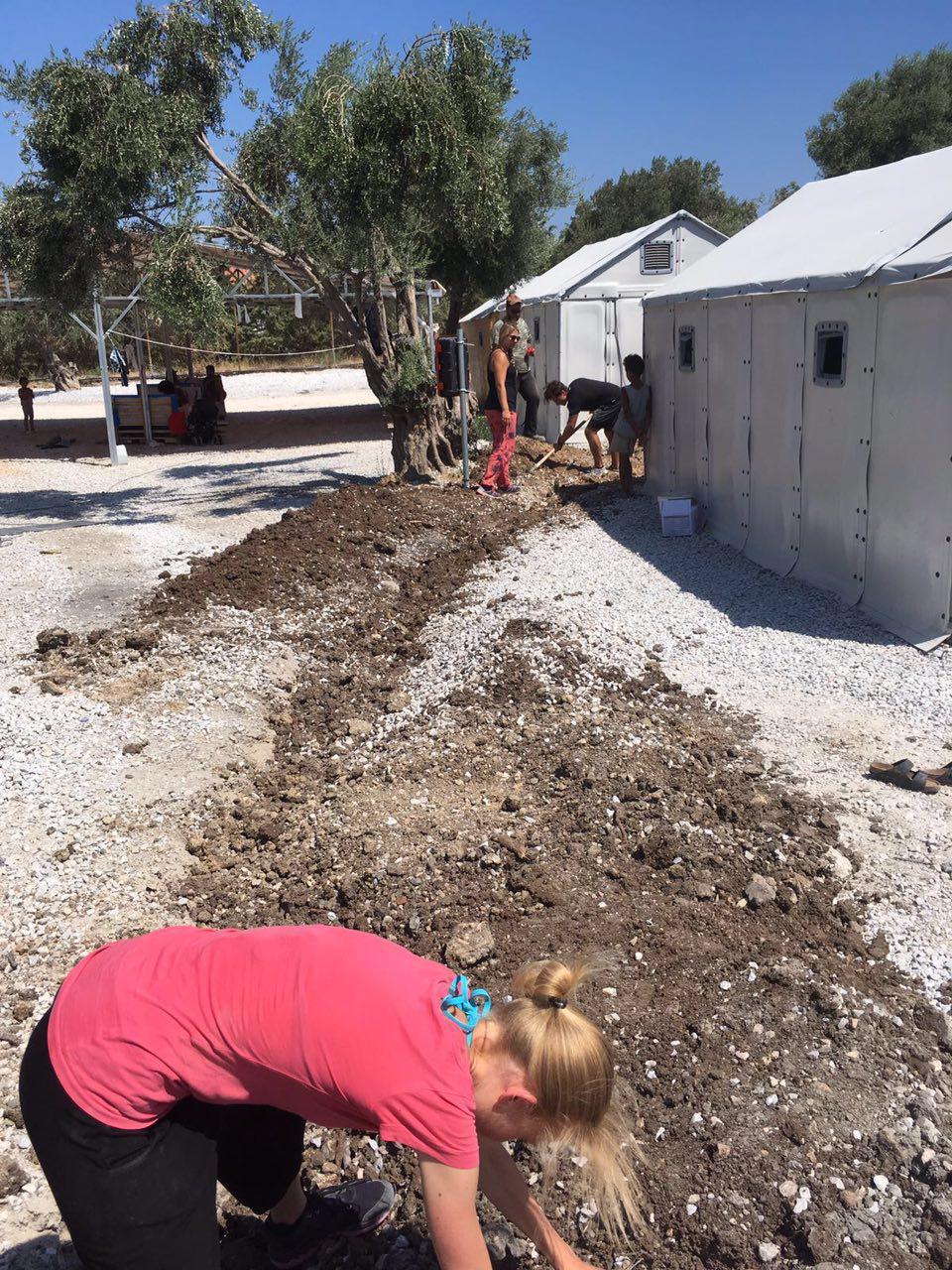 Harte körperliche Arbeit beim Graben der Kabelkanäle um die Zelte mit Strom zu versorgen