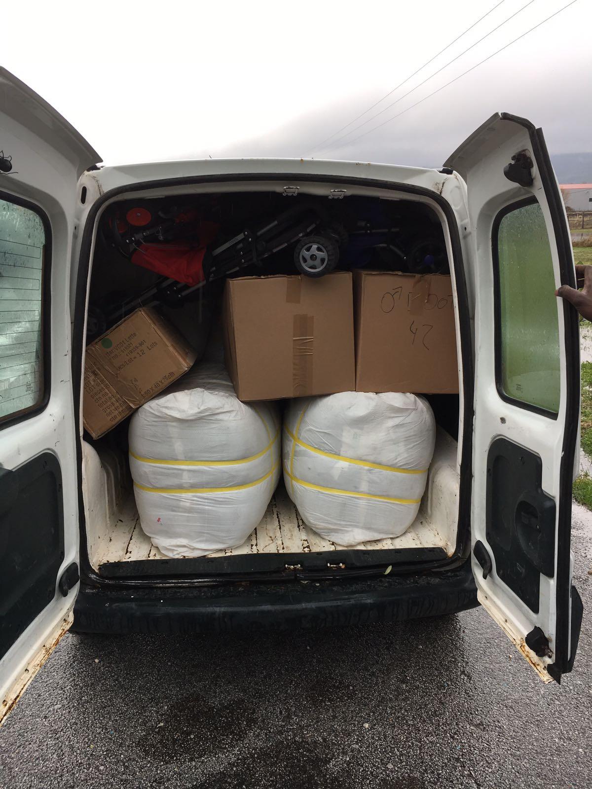 Auch andere Organisationen kommen nach Attika, um Güter abzuholen und sie den Menschen auf der Flucht zu verteilen.