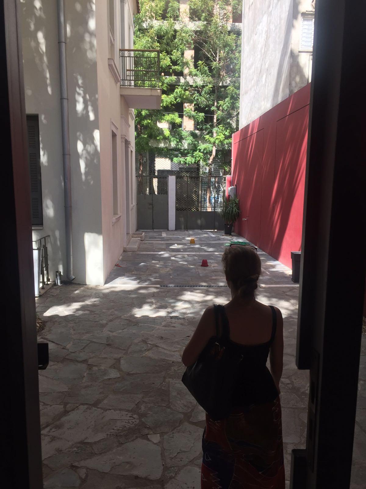 Blick in den Innenhof des Amina Centre in Athen