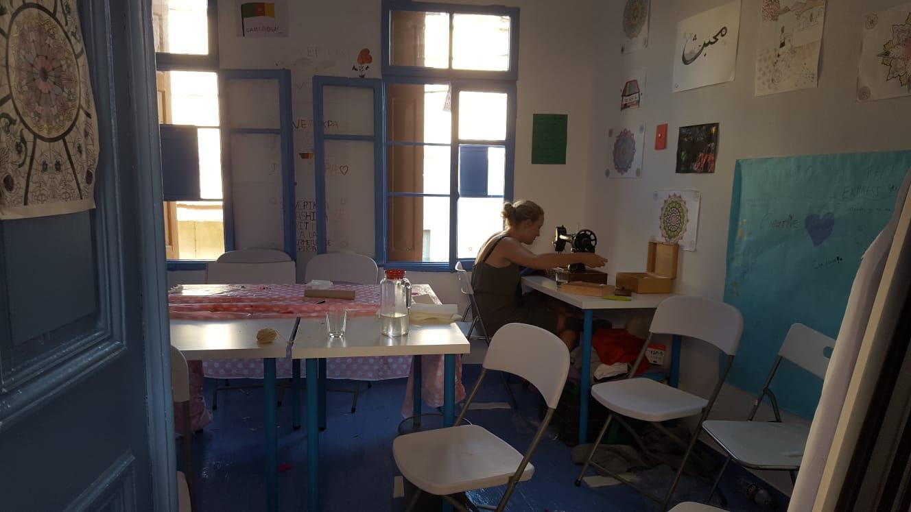 Sarah beim Nähen im Blue Room im Bashira Centre