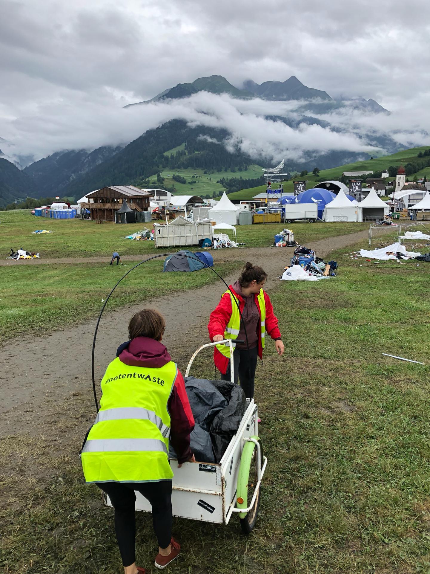 Da das weitläufige Gelände nicht gut mit unseren Vans befahren werden konnte, wurden diese kleinen Leiterwagen zur Hilfe genommen.