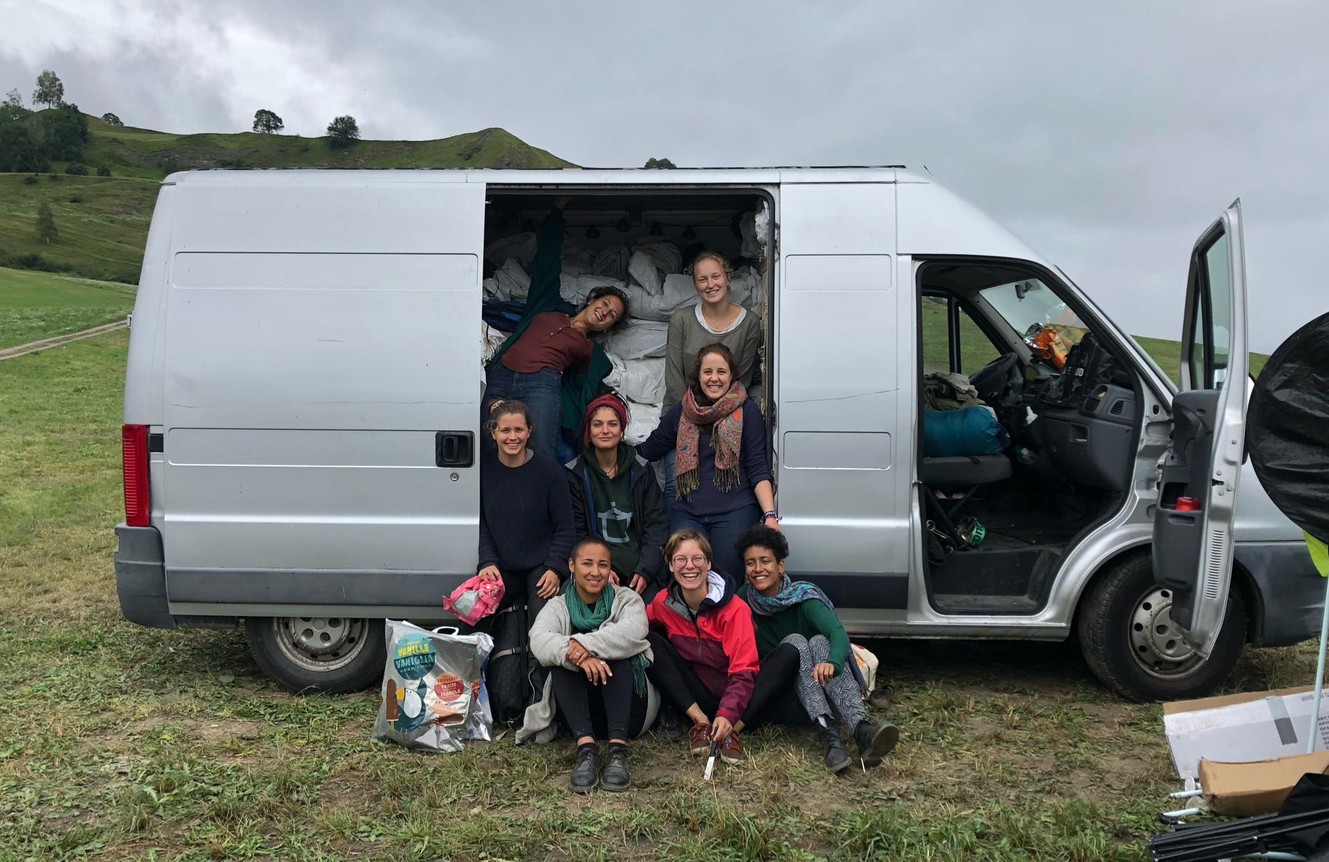 Das glückliche Team vom Lumnezia kurz vor der Abfahrt mit den vollbepackten Vans.