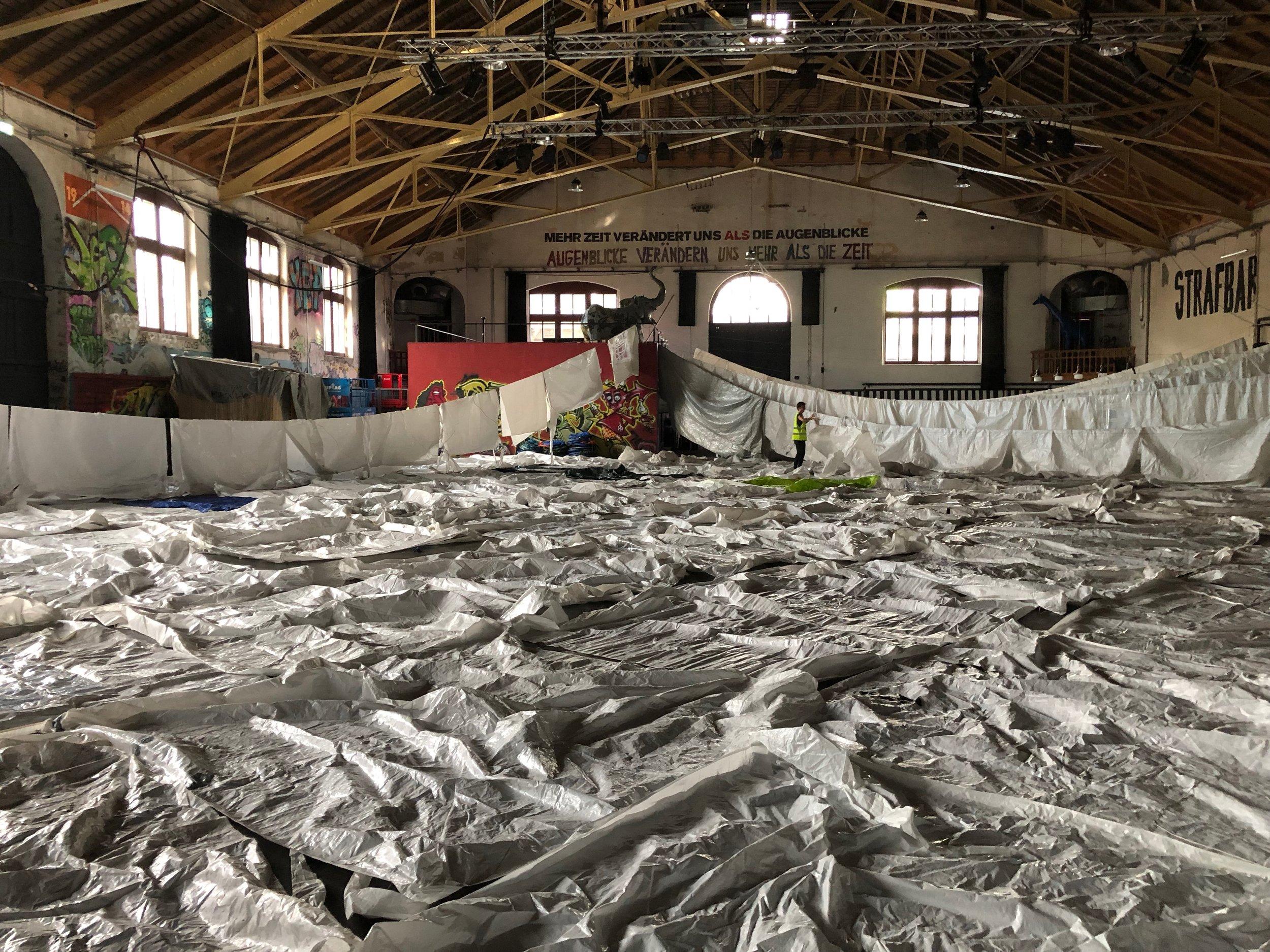 Die ausgelegten Zelte und Blachen in der grossen Halle in Bern. Das war wirklich ein Krampf…